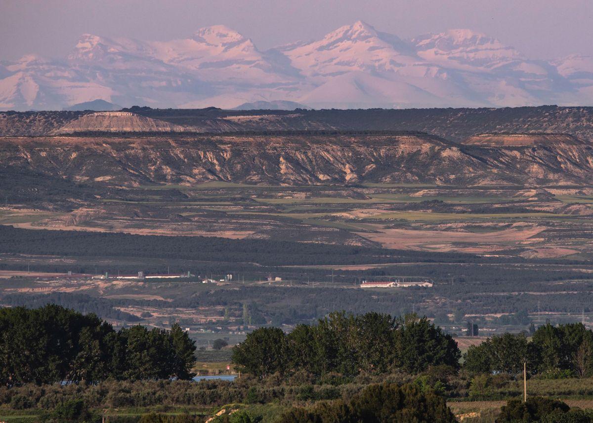 paisaje El río Ebro y su frondosa ribera en la parte inferior, el clima semi desértico de las Bárdenas Reales y las cumbres nevadas de Ordesa y Monte Perdido al fondo