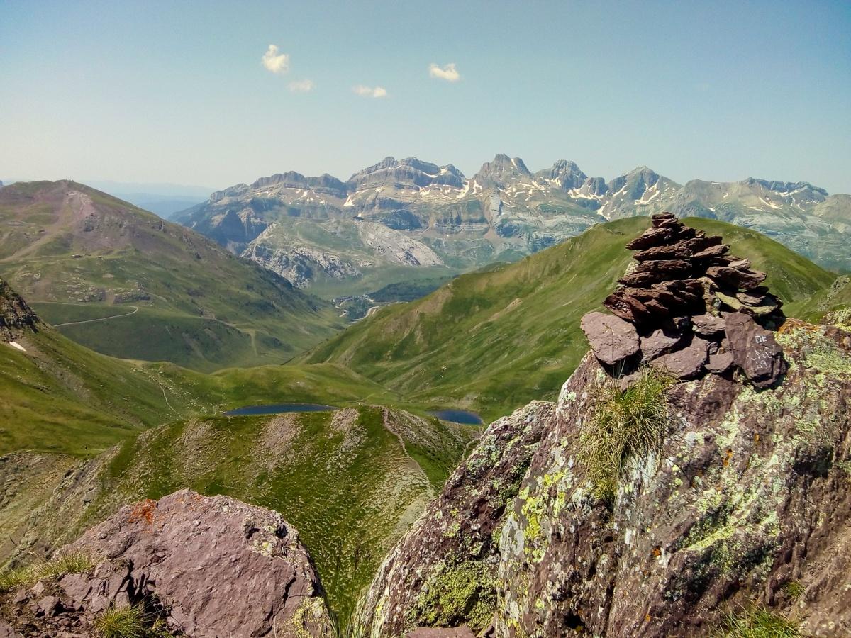En su cima (2346m) el Pico del Monje nos muestra sus tonos royos.