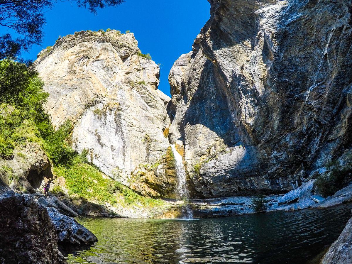 Excursion trekking senderismo salto o saldo de escarrila el cascada valle de tena pirineo niños