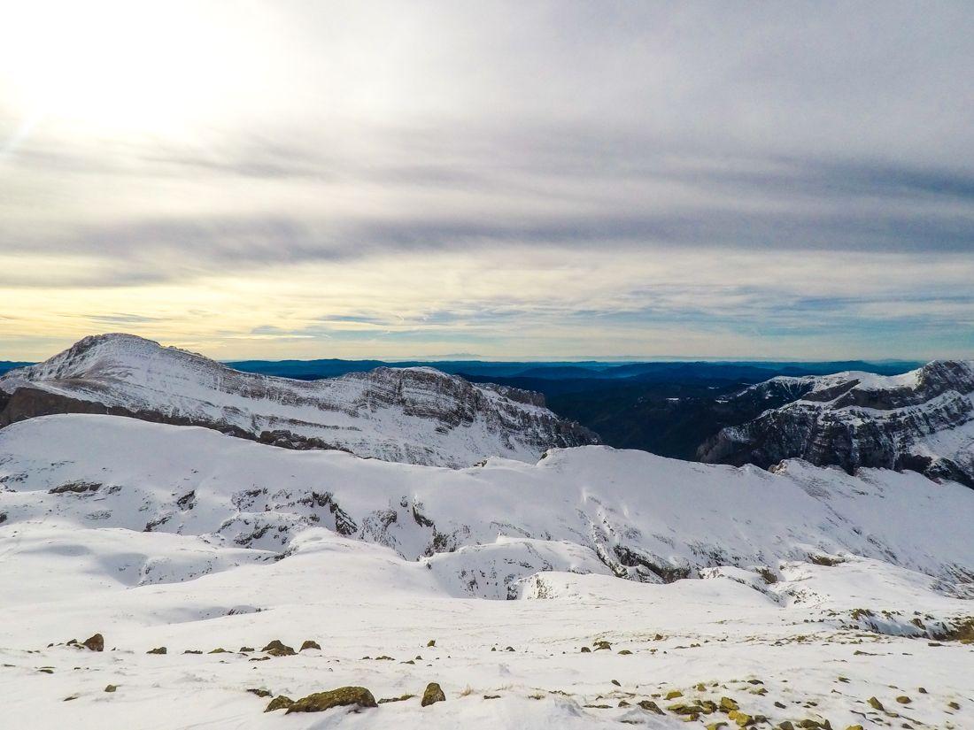 castillo de acher invernal pirineo selva de oza ruta cima norte