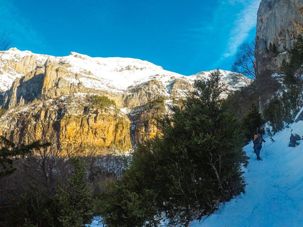 Espacio nórdico de Gabardito con raquetas de nieve