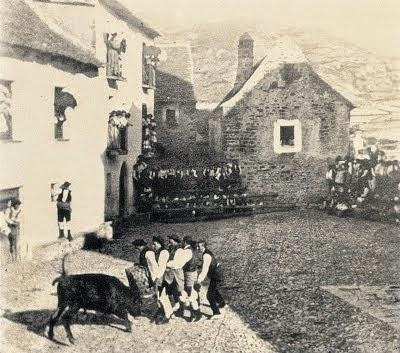 Vaquillas en la Plaza Conde de Xiquena en 1910.