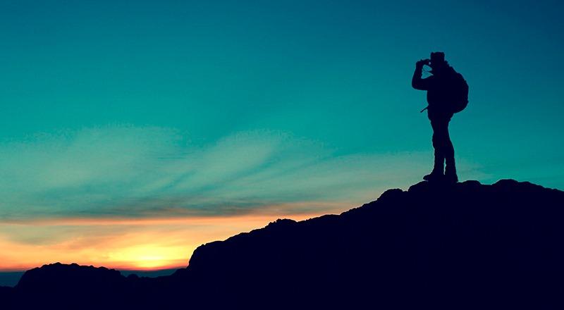 outletmontaña persona atardecer montaña
